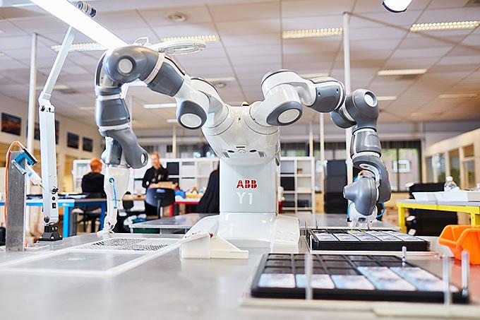 In der Produktion arbeiten Mensch und Maschine Hand in Hand.